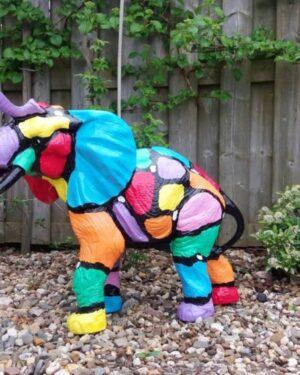 Vrolijke beschilderde dierenbeelden polyester olifant slurf omhoog in kleuren beschilderd