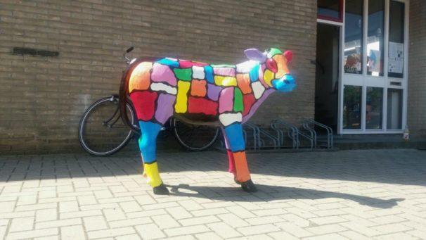 Moderne beelden en vrolijke beelden Een groot beschilderd beeld van een geschilderd kalf koe