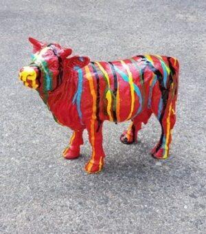 Vrolijk beeld van een rode koe met verfsputters