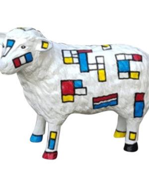 Beeld van een schaap in mondriaan kleuren