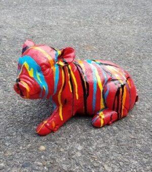 Klein vrolijk beeldje van een rood varkentje