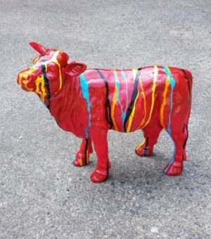 Modern beeldje van een rode koe