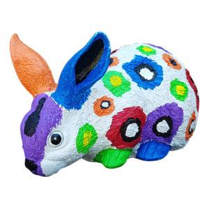 Beeld konijn in wit met kleuren