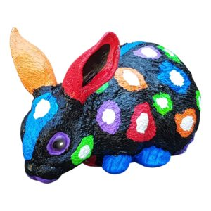 Beeld konijn in zwart met kleuren
