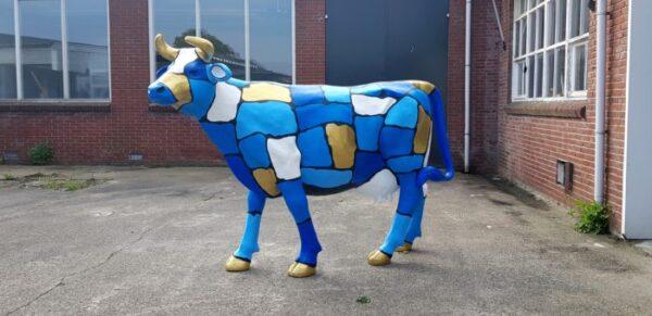Vrolijke beelden van een blauwe polyester koe