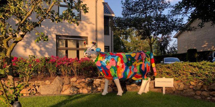 Een levensgrote koe van polyester in de stijl van picasso geschilderd