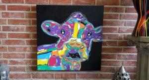 Een zeer vrolijk schilderij van een gekleurde koe
