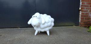 Polyester beeld van een wit schaap