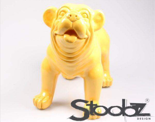 Kunststof beeld van een gele engelse bulldog
