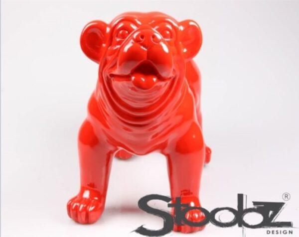 Tuinbeeld van een rode engelse bulldog