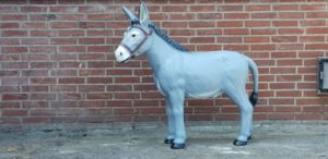 Polyester beeld van een grijze ezel in de uitverkoop