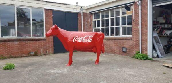Polyester Beeld van een rode koe met coca cola reclame