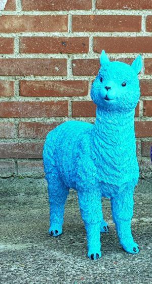 Een polyester beeldje van een blauwe alpaca