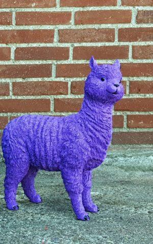 Een polyester beeldje van een paarse alpaca