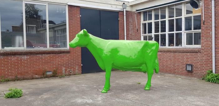 Vrolijke Beelden van beschilderde koeien met logo