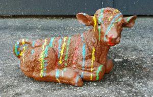 Decoratief beeld van een bruine koe