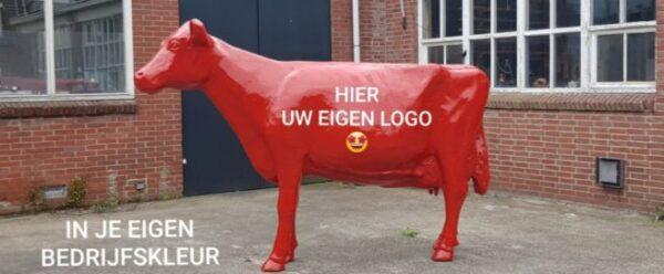 Beeld rode plastic koe levensgroot met bedrijfsreclame