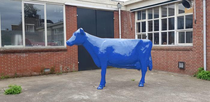 Beeld van een blauwe koe kopen bij Vrolijke Beelden