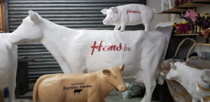 Polyester beeld van een koe met bedrijfsreclame van Hems BV