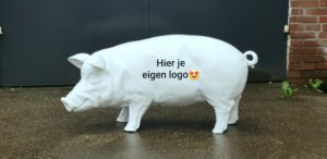 Beeld koe en varken met autoreclame, bedrijfsreclame en logo