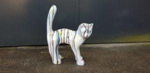 Beeldje van een witte poes kat
