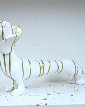 Beeldje van een witte teckel met goudverf