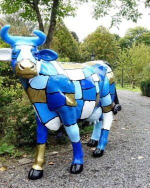 Beeld van een beschilderde decoratieve koe