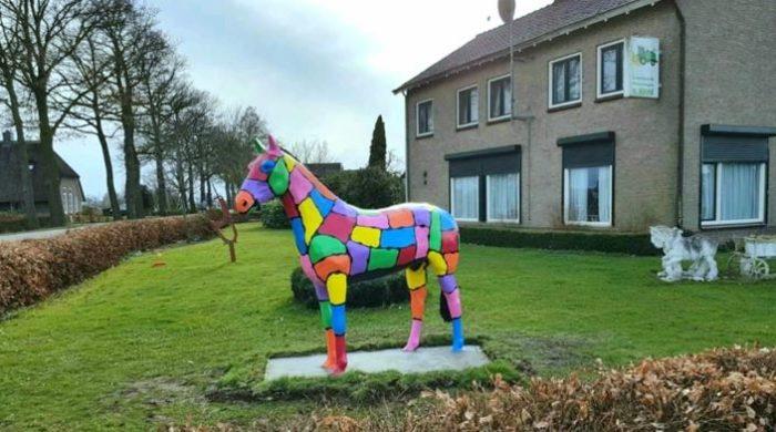 Pokyester beeld van een gekleurd paard in de voortuin
