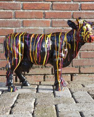 Beeld gekleurde en beschilderde koe