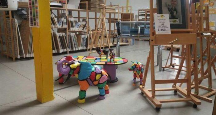 Beeld van een gekleurde olifant bij Total Artist in Almelo