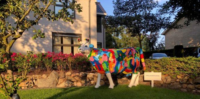 Kunststof beeld van een koe in picasso stijl beschilderd