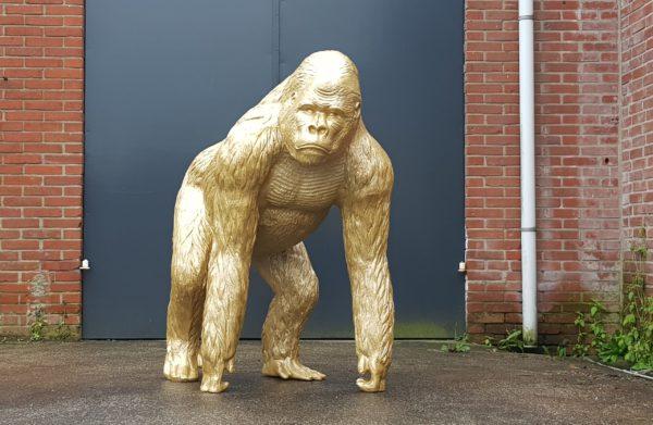 Een polyester beeld van een gouden gorilla beeld