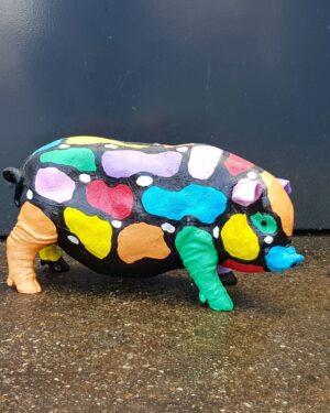 Een polyester beeldje van een gekleurd spaarvarken