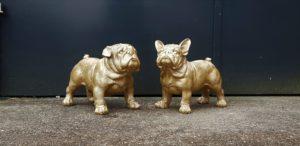 Beelden van bulldogs beschilderd met goudverf