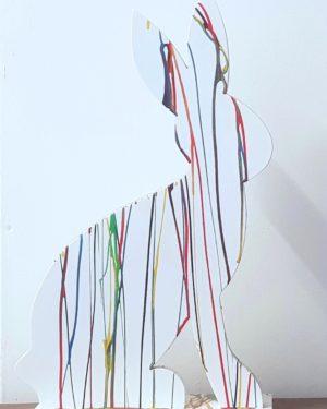 Houten beeld van gekleurde paashaas