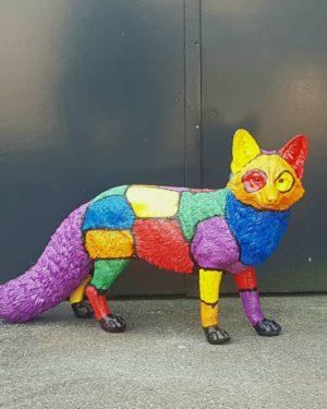 Beeld in de tuin van een rode vos en andere kleuren