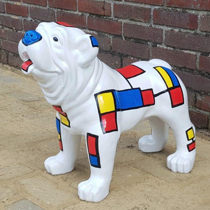 Een polyester beeld van een witte Mondriaan Bulldog