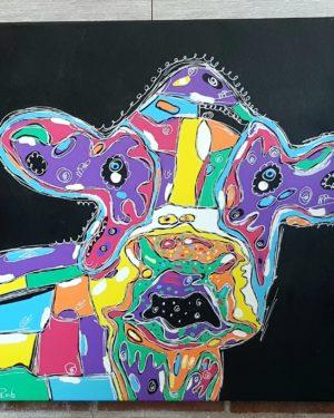 Een vrolijk schilderij van een koe in heldere kleuren