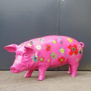 polyester beeld van een groot roze varken in de tuin
