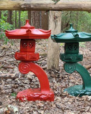 Oosterse kunst, oosterse tempel, pagode voor in de tuin en bij de vijver.