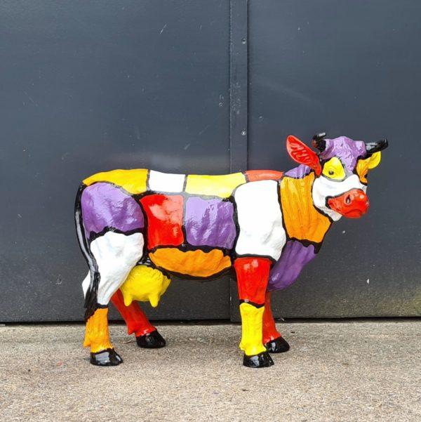 Polyester dierenbeelden. Beelden van beschilderde kunststof koeien en kalveren