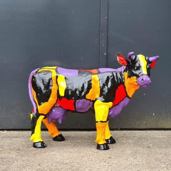 Kunststof koeienbeeld. Beelden van beschilderde kunststof koeien en kalfjes
