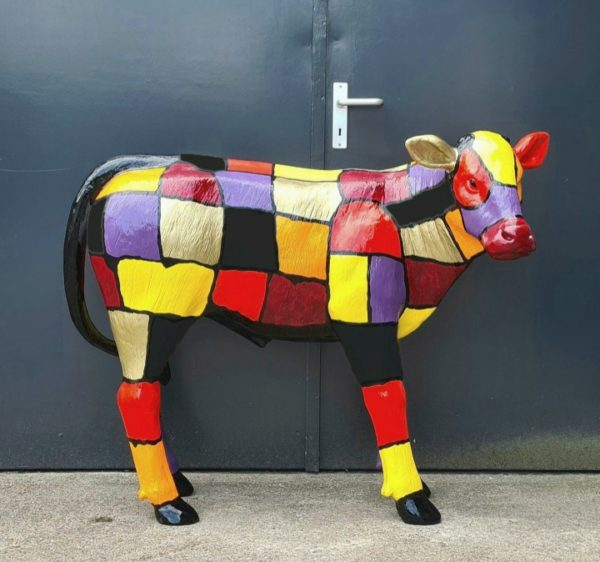 Polyester dierenbeelden. Beelden van kunststof koeien en kalveren
