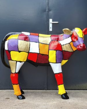 beeld van een beschilderd kalf gekleurde koeienbeelden