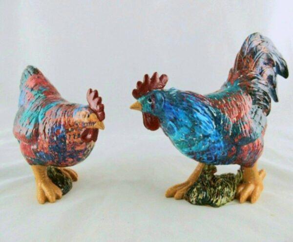 Beeld van een keramiek haan en kip in mooie kleuren