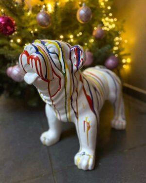 Beeld witte bulldog met kleuren