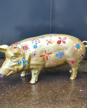 Gouden beeld varken voor buiten in de tuin